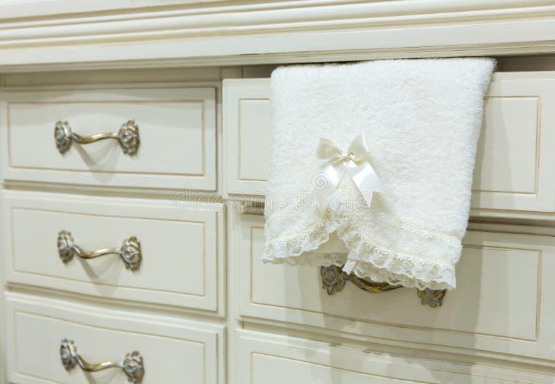 Caixa de gavetas branca com uma toalha fotografia de stock