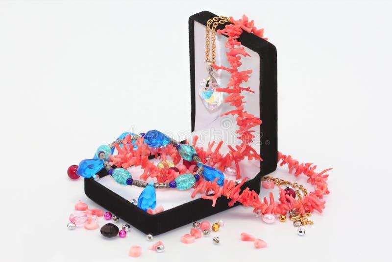 Caixa de jóia com grânulos imagem de stock
