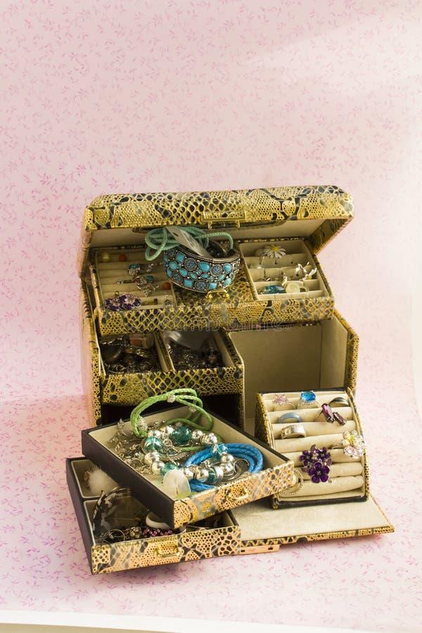 Caixa de joia do ouro fotografia de stock royalty free
