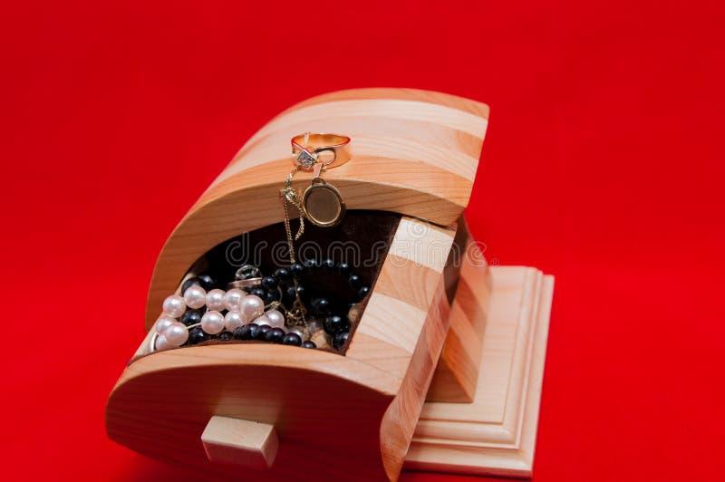Caixa de joia feito a mão da cereja e do pinho imagens de stock