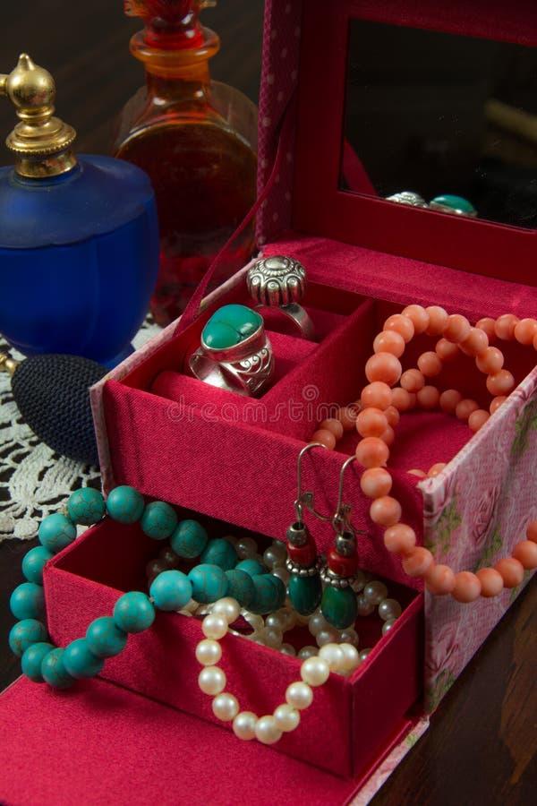 Caixa de joias com colares, brincos, bracelete, anéis e perfume foto de stock royalty free