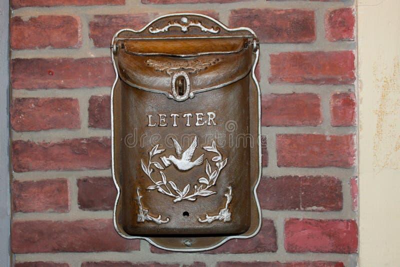 Caixa de letra da caixa postal Caixa postal bonita do vintage em uma parede de tijolo do vintage foto de stock