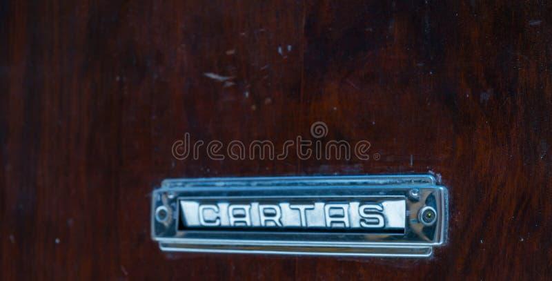 Caixa de letra velha na porta, maneira tradicional de entregar letras fotografia de stock royalty free