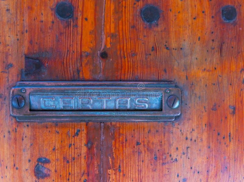 Caixa de letra velha na porta, maneira tradicional de entregar letras imagens de stock royalty free