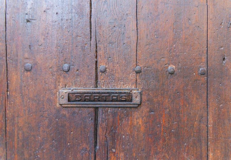 Caixa de letra velha na porta, maneira tradicional de entregar letras fotografia de stock
