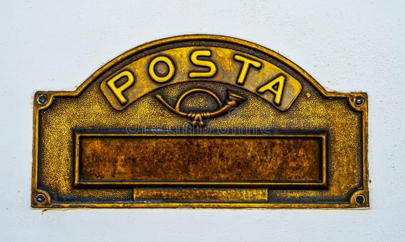 Caixa de letra velha na porta, maneira tradicional de entregar letras foto de stock