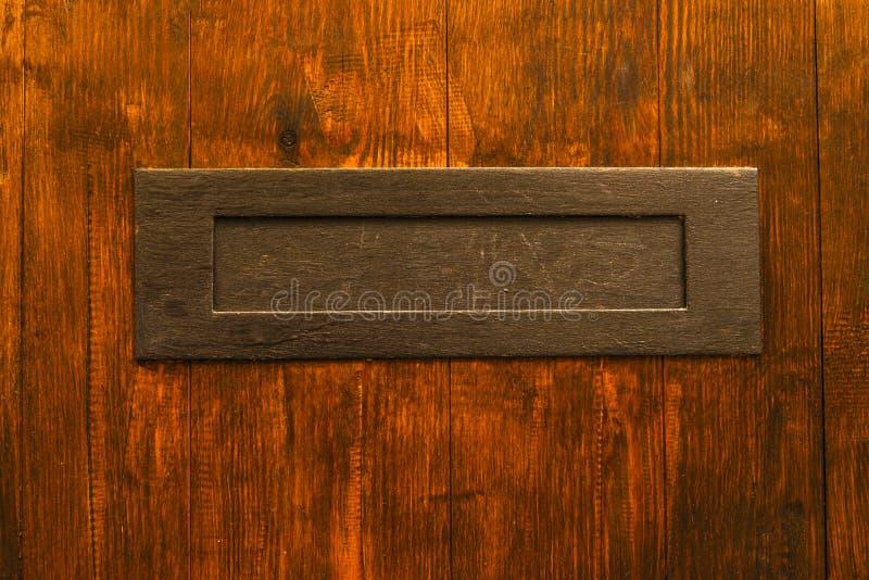 Caixa de letra velha na porta, maneira tradicional de entregar letras fotos de stock royalty free