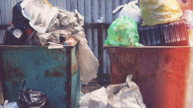 Caixa de maca completamente do lixo no conceito da floresta do problema da ecologia fotografia de stock royalty free