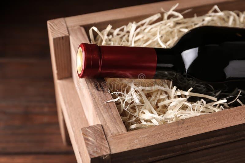 Caixa de madeira aberta com a garrafa do vinho, fotos de stock