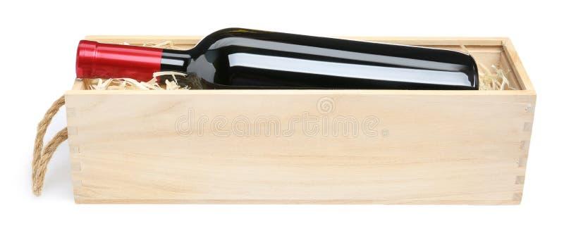 Caixa de madeira aberta com a garrafa do vinho isolada sobre fotos de stock royalty free