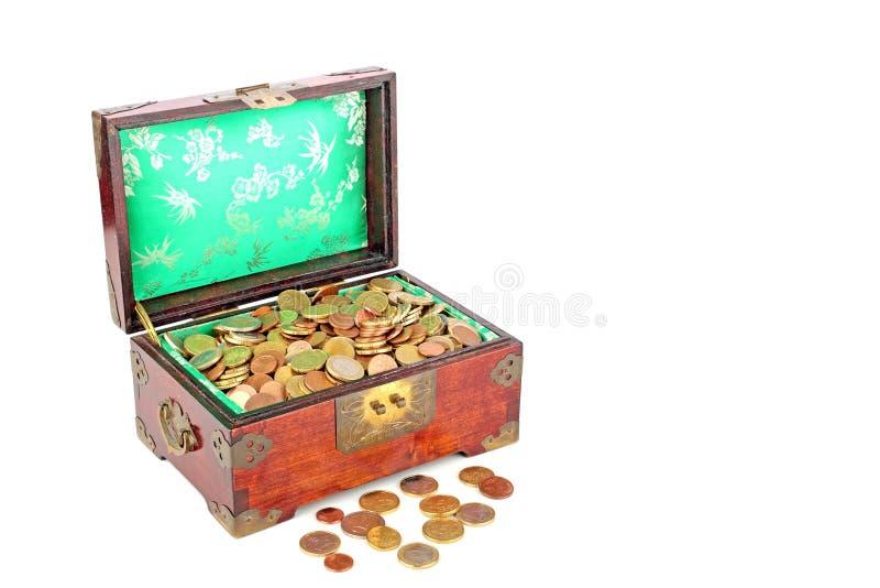 Caixa de madeira antiga completamente de euro- moedas fotos de stock royalty free