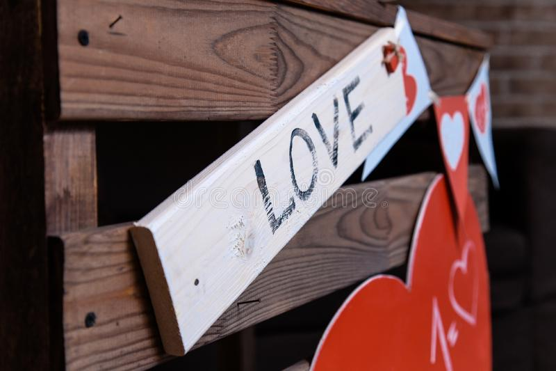 Caixa de madeira com amor da placa de identificação com coração vermelho grande foto de stock