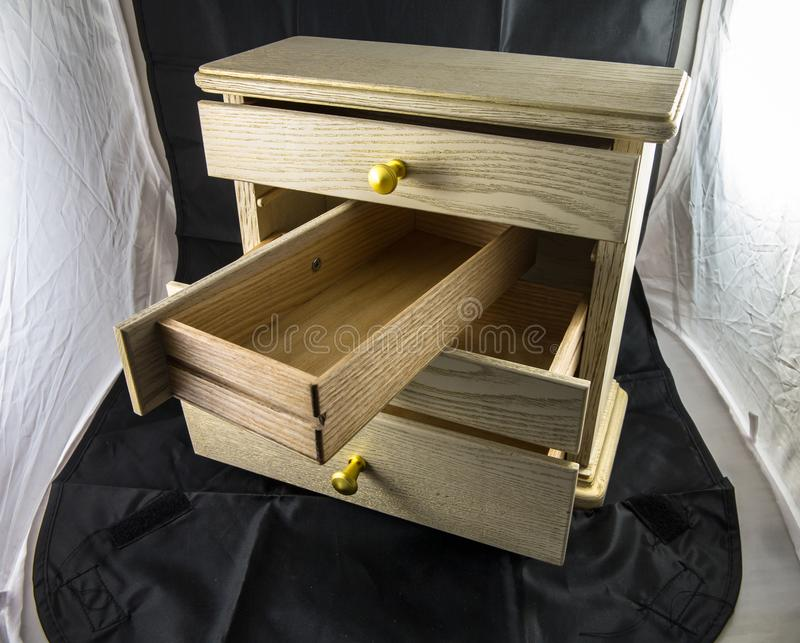 Caixa de madeira com as prateleiras para a joia fotografia de stock