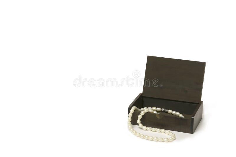 Caixa de madeira com a colar da pérola isolada, contra um fundo branco fotografia de stock royalty free