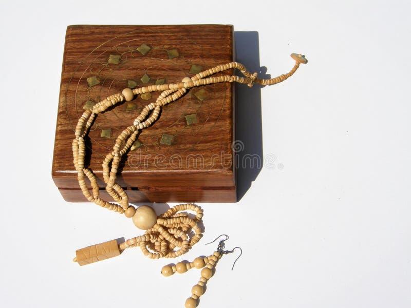 Caixa de madeira com colares e brincos para dentro imagem de stock