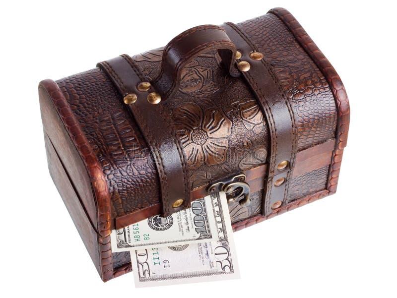 Caixa de madeira com dinheiro imagem de stock