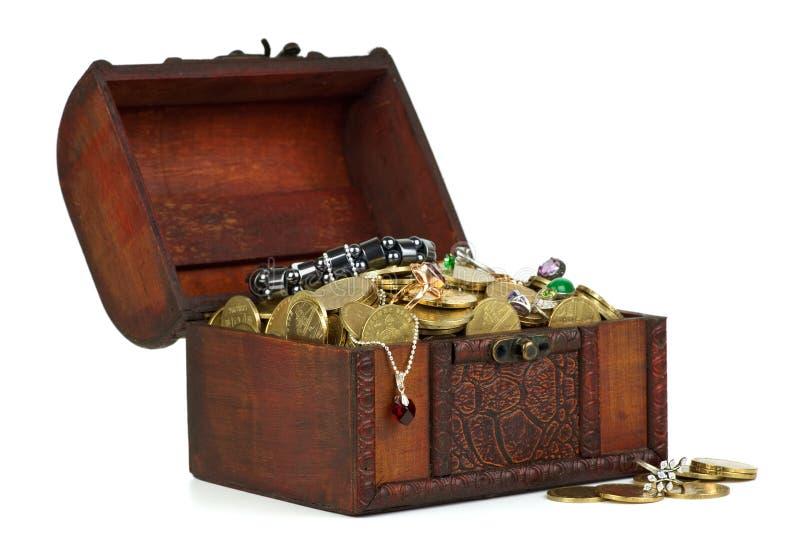 Caixa de madeira com tesouros fotografia de stock