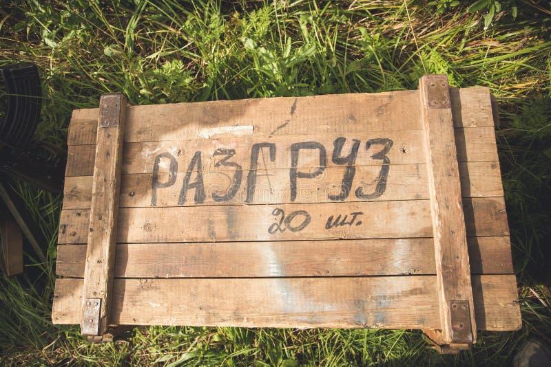 Caixa de madeira das armas na terra fotografia de stock
