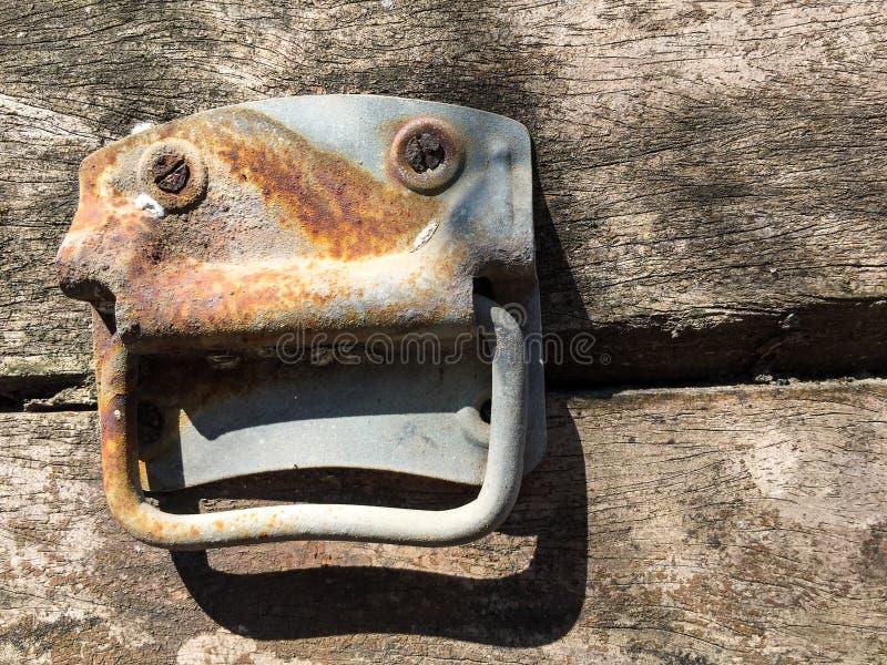 Caixa de madeira velha com punho oxidado fotos de stock