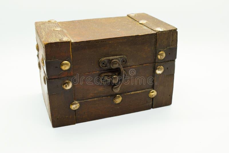 Caixa de madeira velha da joia isolada no fundo branco fotos de stock