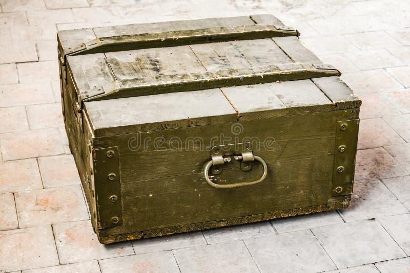 Caixa de madeira velha empoeirada fotos de stock royalty free