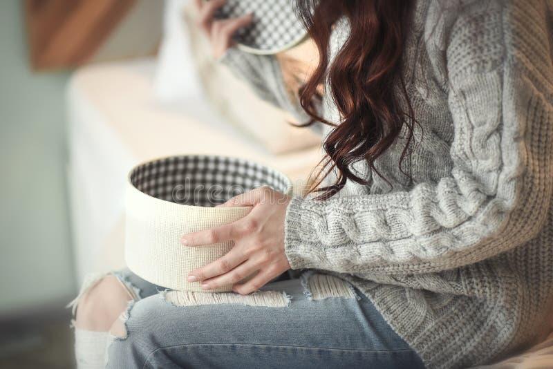 Caixa de matéria têxtil da abertura da moça imagens de stock royalty free