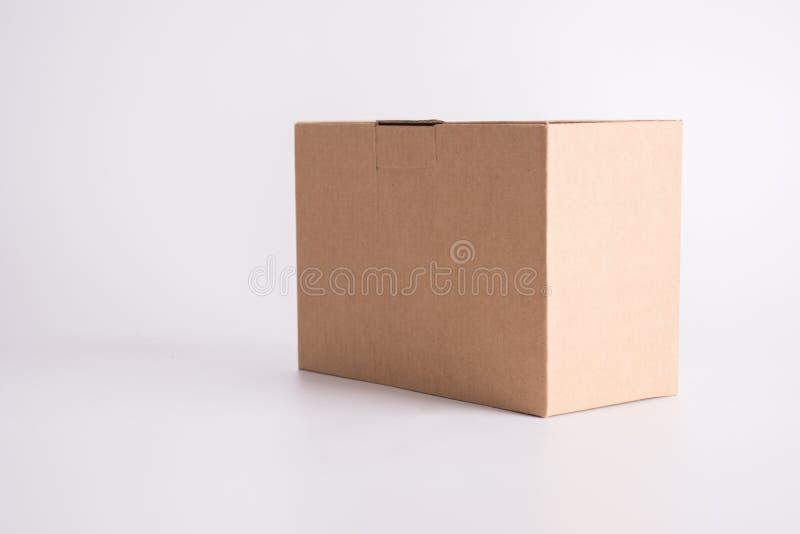 Caixa de papel de Brown no fundo branco Conceito da entrega do pacote e do cargo Tema do objeto e do recipiente imagens de stock royalty free
