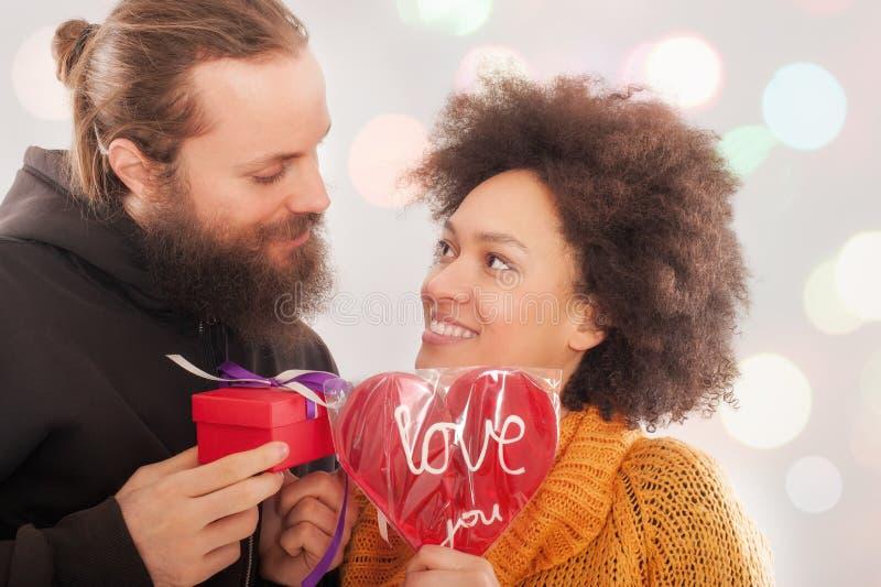Caixa de presente à mulher e coração do amor para o homem imagens de stock