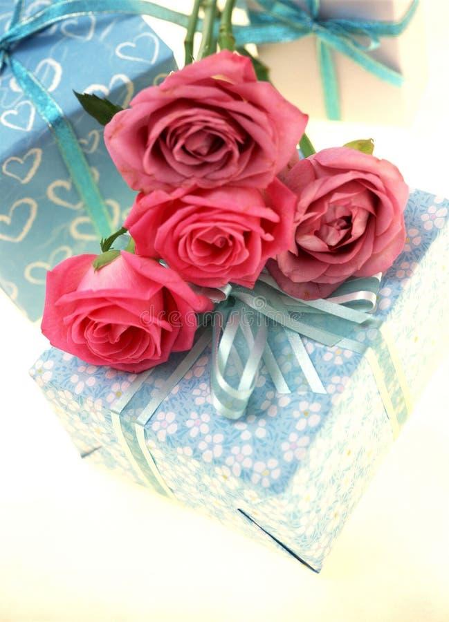 Download Caixa de presente foto de stock. Imagem de decoração, levantou - 106478