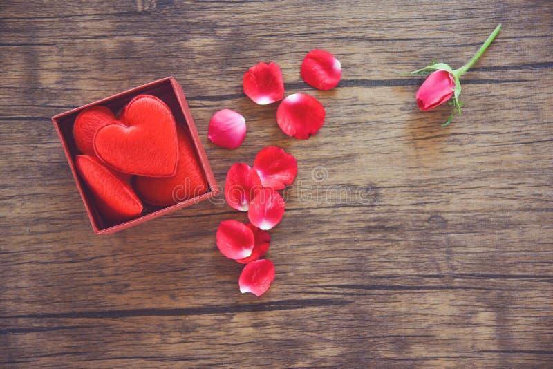 A caixa de presente aberta com a caixa atual vermelha do coração vermelho com coração completo para o dia de Valentim do presente imagem de stock royalty free