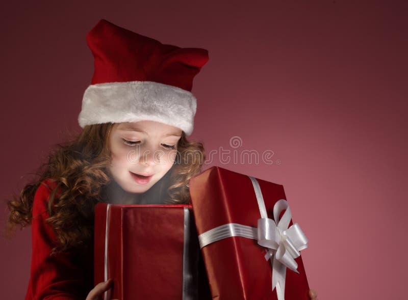 Caixa de presente aberta da menina de Litle fotografia de stock royalty free