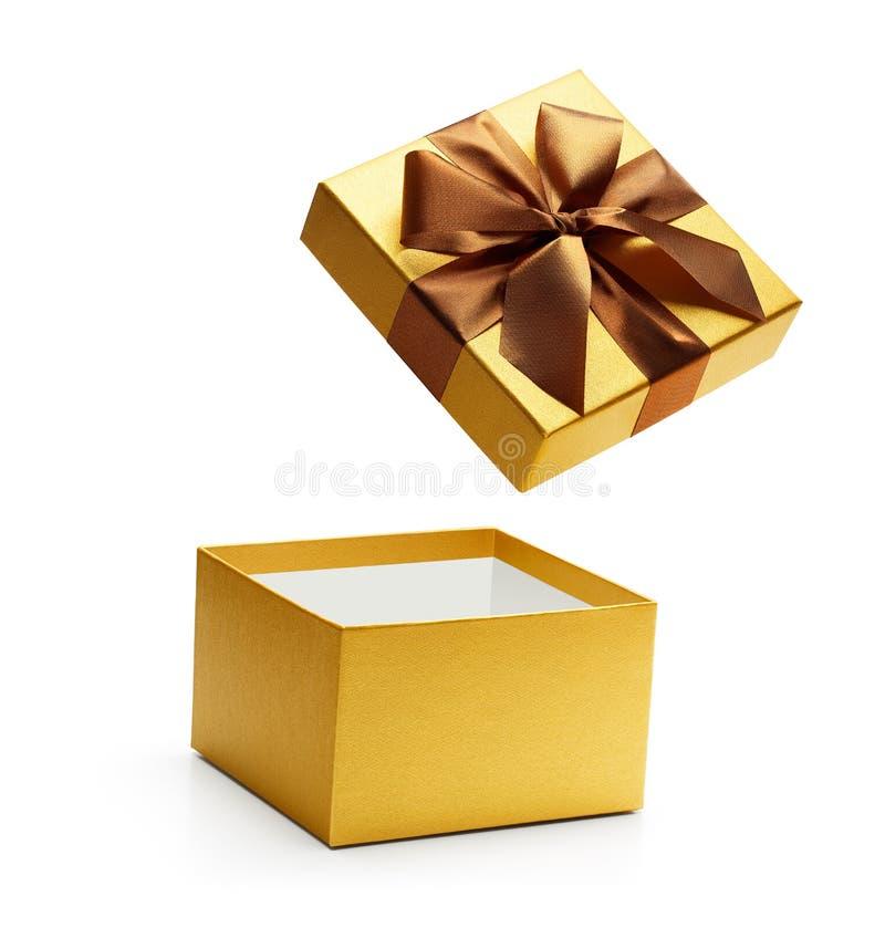 Caixa de presente aberta do ouro isolada foto de stock royalty free