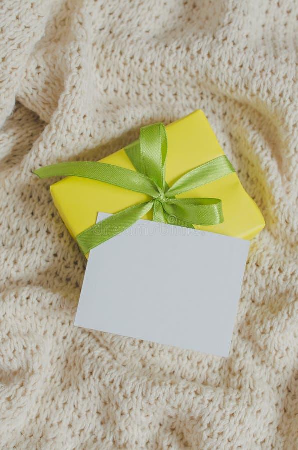 Caixa de presente Apresente com o cartão vazio no fundo da cobertura Knitted foto de stock royalty free