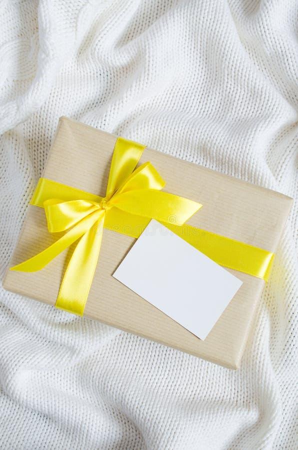 Caixa de presente Apresente com o cartão vazio no fundo da cobertura Knitted imagens de stock