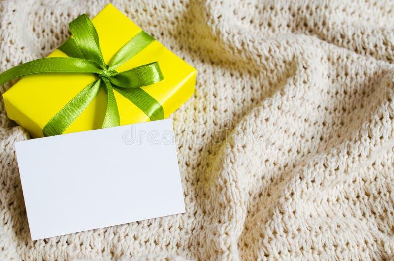 Caixa de presente Apresente com o cartão vazio no fundo da cobertura Knitted fotografia de stock royalty free