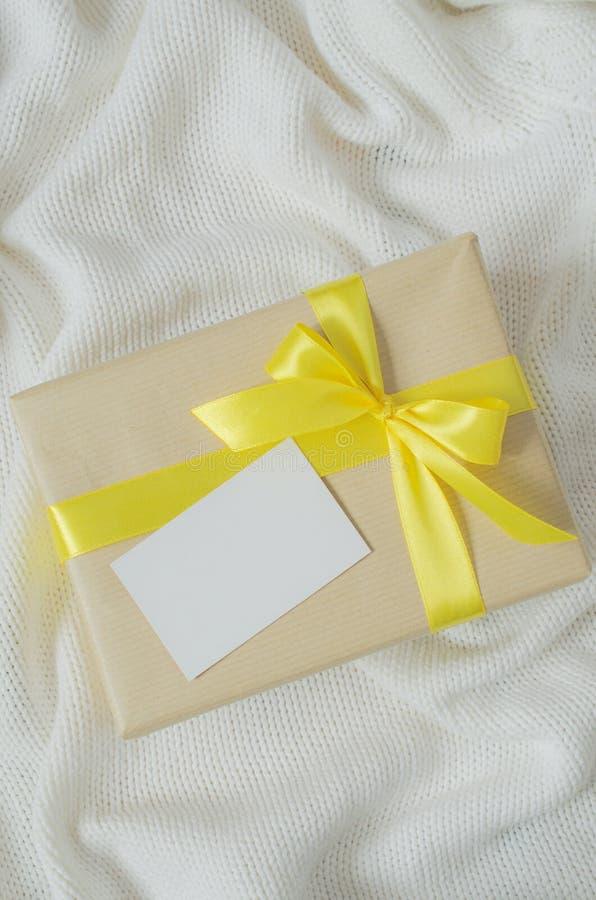 Caixa de presente Apresente com o cartão vazio no fundo da cobertura Knitted fotos de stock