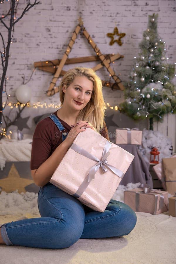 Caixa de presente atual aberta da mulher do Natal na sala do Xmas, árvore do feriado fotografia de stock royalty free