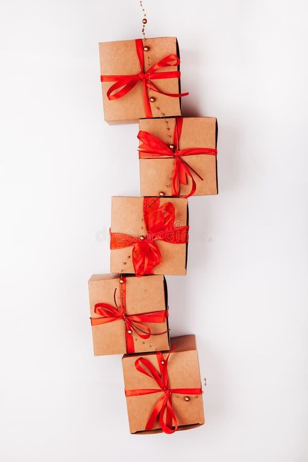 Caixa de presente atual no fundo de madeira, caixas de cartão do feriado sobre a textura branca imagens de stock royalty free