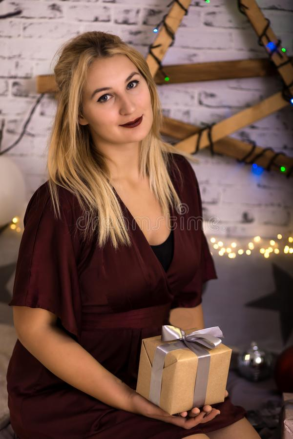 Caixa de presente atual de sorriso bonita da mulher fotografia de stock royalty free