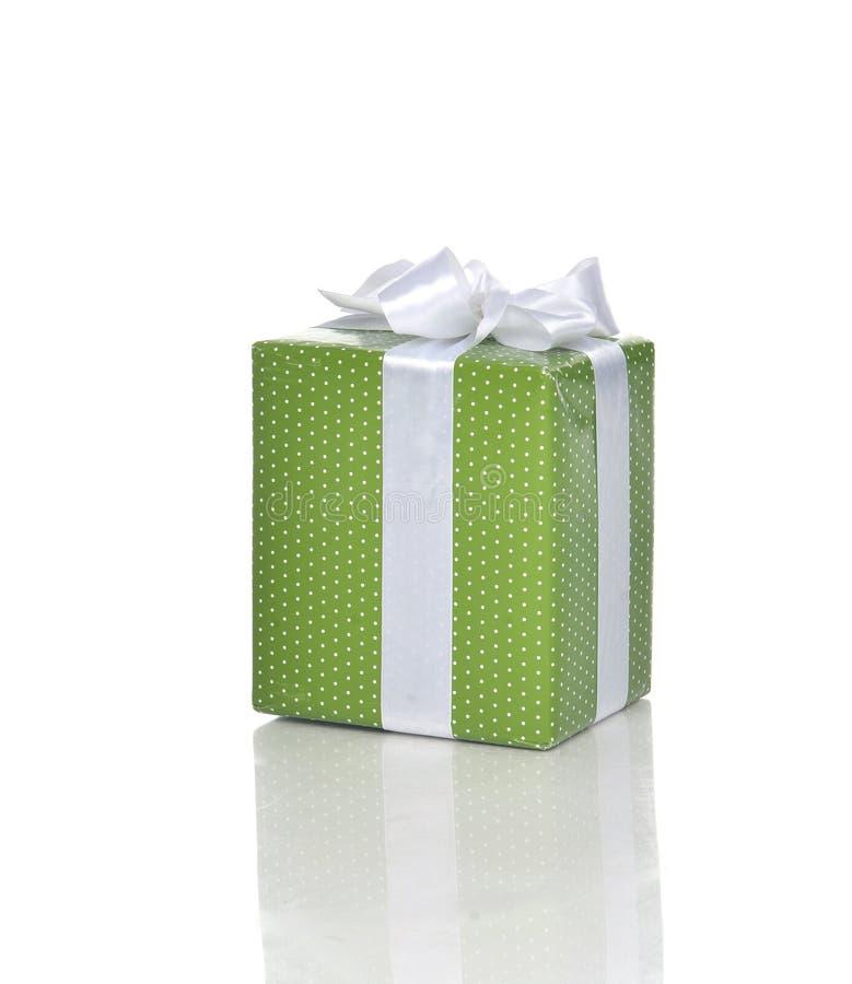Caixa de presente atual verde com a fita branca para a festa de anos fotografia de stock royalty free