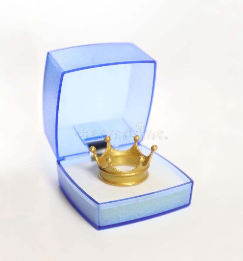 Caixa de presente azul com um interior dourado da coroa fotos de stock royalty free