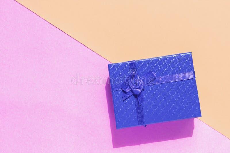 Caixa de presente azul no fundo de duas cores imagem de stock