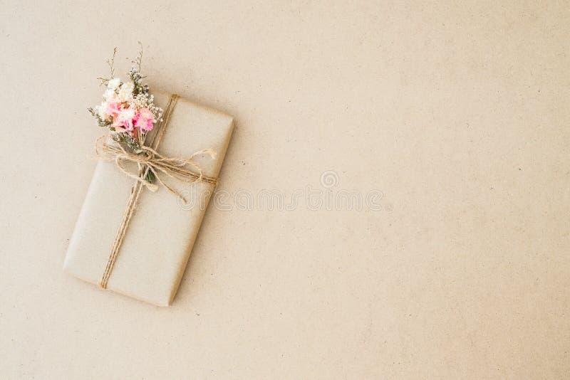 Caixa de presente bonita do vintage envolvida no papel marrom do ofício para o feriado, o aniversário, e o conceito festivo dos e fotografia de stock royalty free