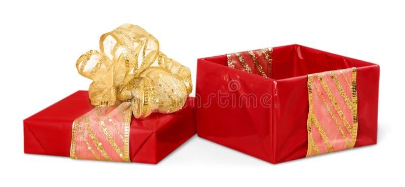 Caixa de presente bonito com a curva da fita, isolada no branco imagens de stock royalty free