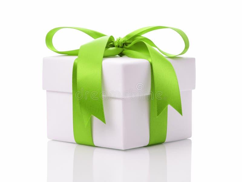 Caixa de presente branca com curva verde da fita foto de stock
