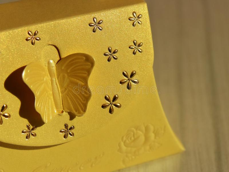 A caixa de presente de close-up da cor do ouro borrou imagem de stock