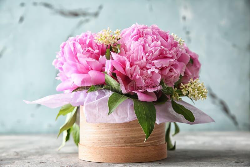 Caixa de presente com as flores bonitas na tabela fotografia de stock