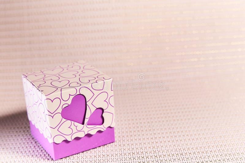 Caixa de presente com cora??es O amor, dá a felicidade ilustração do vetor