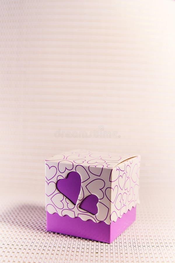 Caixa de presente com cora??es O amor, dá a felicidade ilustração stock
