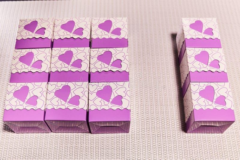 Caixa de presente com cora??es O amor, dá a felicidade ilustração royalty free